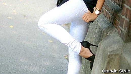 Ką dėvėti su baltomis kelnėmis