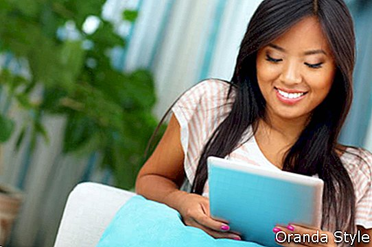 Happy-young-asian-woman-Browsing-Internet-mit-ihr-Tablet