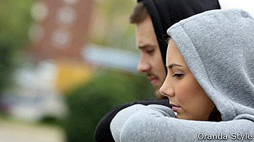 Быть в отношениях, но любить кого-то другого